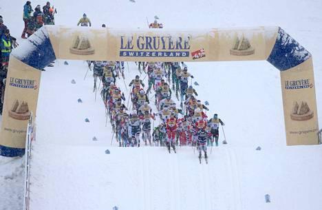 Miesten kisa hiihdettiin sakeassa lumipyryssä.