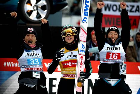 Ryoyu Kobayashi tuuletti Garmisch-Partenkirchenin voittoa uudenvuodenpäivänä. Ilossa olivat joukkuekavereista mukana Daiki Ito (vas.) ja isoveli Junshiro Kobayashi.