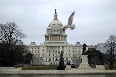 Yhdysvaltain kongressi on jakautunut pääpuolueiden kesken. Demokraattipuolueella on nyt enemmistö edustajainhuoneessa. Senaatti sen sijaan pysyy republikaanien hallussa.