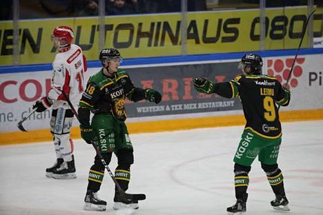 Joose Antonen (vas.) ja Juha Leimu juhlivat Ilveksen 2–0-maalia. Antonen laukoi kiekon takakulmaan.
