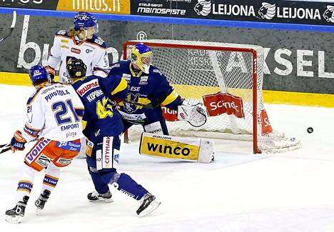 Kaksimetrinen hyökkääjä Lassi Vanhatalo teki liigadebyyttinsä Mikkelissä. Ketjussa hyökkäsi Patrik Puistola.