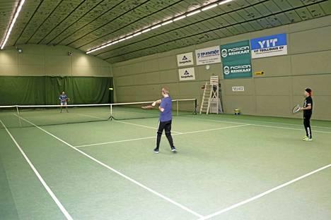Nokialla lyödään tennistä sisätiloissa tällä hetkellä Nokia Tenniksen kaarihallissa Nokianvirran äärellä Koskenmäessä.