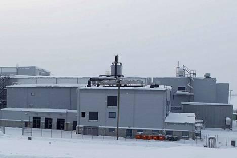 Tehdasalueella on olemassa valmis uraanilaitos Talvivaaran ajoilta. Sitä käytetään nyt vesienhallinnan, kunnossapidon ja projektiosaston tiloina.
