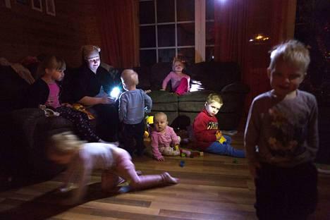 Risto Haapaniemen ja Julianna Kovasen kymmenhenkisen lapsiperheen kotiin palasivat sähköt noin 43 tunnin katkoksen jälkeen.