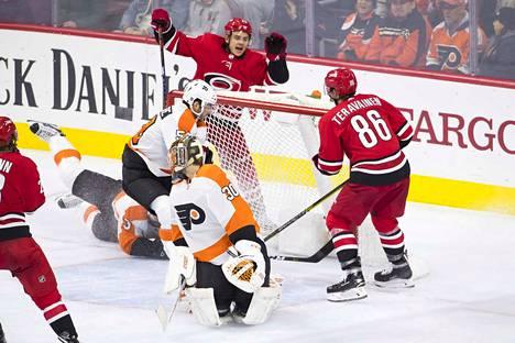 Carolina Hurriganesin Teuvo Teräväinen (selin, numero 86) laukoi kaksi maalia Philadelphia Flyersia vastaan yön NHL-ottelussa. Toinen niistä tuli Sebastian Ahon (takana) syötöstä.
