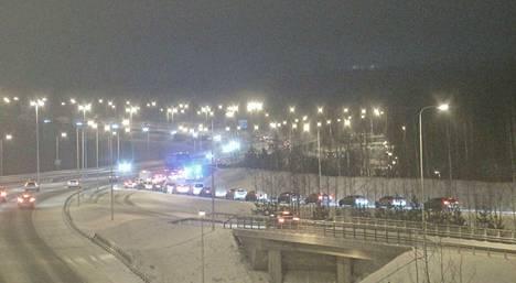 Tältä näytti Liikenneviraston kelikamerassa kello 8.09 Rajasalmen sillan liittymässä.