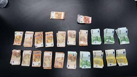 Poliisi takavarikoi huumekaupasta epäillyn 18-vuotiaan nuorukaisen asunnosta 22000 euroa.