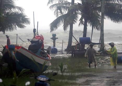 Kyläläisiä evakuoidaan Pabuk-myrskyn alta Pak Phanangin alueella Thaimaan eteläosassa. Tuhannet ihmiset ovat joutuneet lähtemään kodeistaan myrskyn takia.