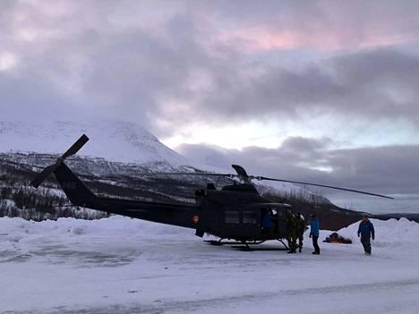 Tunturiin kadonneita etsitään helikoptereilla.