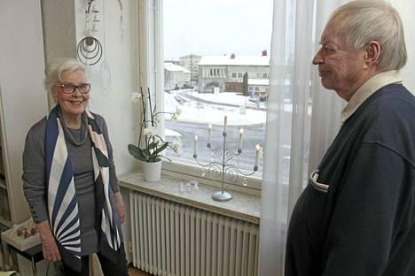 Seija Merikallio ja Taisto Kuusimurto kehuvat 60-vuotiasta taloa hiljaiseksi. Kumipyörien ääntä ei asuntoihin juurikaan kuulu. Ulkona häämöttävät vuonna 1954 valmistuneet Raision kunnantalo ja Villiviini. Sekä ne että Säästöpankin talo ovat arkkitehti Lauri Sipilän käsialaa.