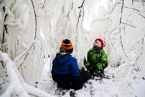 """Veljekset Topi, 7, ja Veli, 5, Makkonen olivat tulleet Näsijärven rannalle äitinsä Sanna Stenroosin kanssa. Pojat ihastelivat luonnon tekemää """"jäämajaa"""", eikä heitä ollut tarvinnut houkutella ulkoilemaan."""