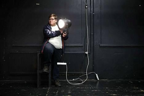 Annikselta se alkoi. Ensimmäisinä teknisinä töinään Juho-Erik Mikkola loi valaistuksen Porin teatterinuorten näytelmiin. Nyt 19-vuotias ulvilalainen kuvaa Ässien ja Lukon otteluita sekä toimii kuvatarkkailijana Ylen tv-tuotannoissa.