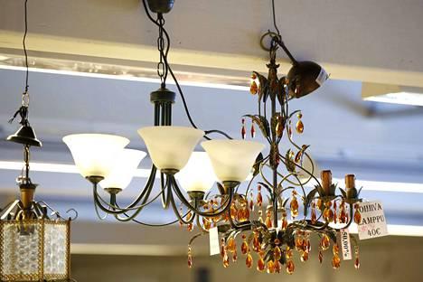 Varsinkin ulkomaiset kirppisasiakkaat ovat kiinnostuneita lampuista.