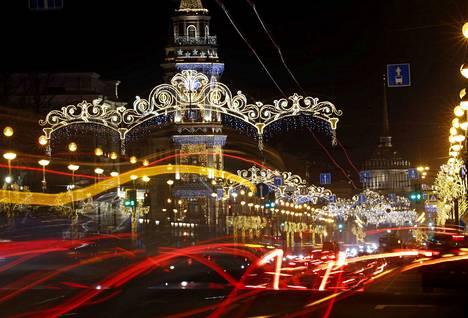 Nevskin valtakatu on valaistu massiivisin valokoristein. Juhlakausi huipentuu venäläiseen jouluun 7. tammikuuta, kun Suomessa on jo loppiainenkin vietetty.