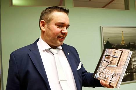 Toimitusjohtaja Juha Koskinen pääsi esittelemään sujuvasti työntekijöiden kautta kuvattua Leppäkosken Sähkön 100-vuotiskirjaa.