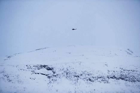 Etsijät havaitsivat lumivyöryalueen yllä kaksi signaalia lumivyörypaikantimista. Se vahvistaa poliisin mukaan sen, että kadonneet jäivät lumivyöryn alle.