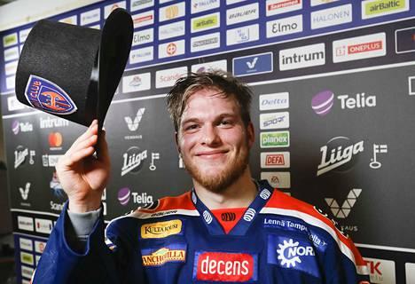 Neljän maalin ilta oli Niko Ojamäen uran ensimmäinen. Sen ja hattutempun kunniaksi Hakametsän käytävällä kädessä komeili silinteri.
