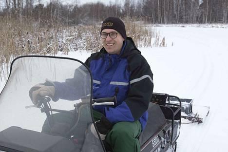 Joni Järvi tekee joka vuosi hiihtoladun Vallonjärven jäälle moottorikelkallaan ja itse tehdyllä latukoneella. Lauantaina valmistui latu, joka on hiihtokelpoinen.