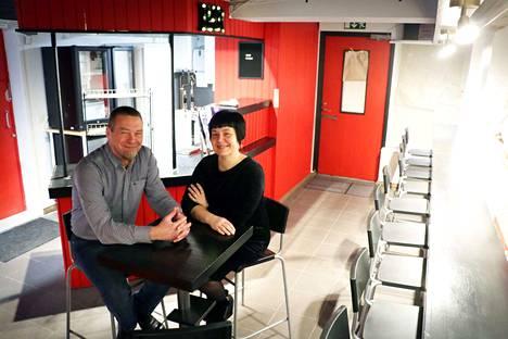 Kimmo ja Jarna Toroska halusivat perustaa oman kahvila-baarin Käppärän alueelle. Sopiva paikka löytyi lopulta Tiilinummen puolelta, pienestä kioskista.