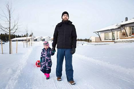 Jouni Mäkitalo ja tytär Sonja asuvat Lintuhytissä Ruskon jätteenkäsittelylaitoksen lähistöllä. Mäkitalon mukaan leikkipuistossa käynti saattaisi jäädä väliin pahimman hajun aikana.