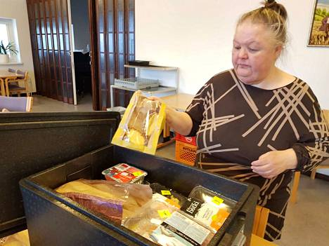 Riitta Laine Toivon talolta kertoo, että muutama stryrox-laatikollinen elintarvikkeita lähti nopeasti tarvitsijoiden matkaan maanantaina. 40 minuutin päästä kaupan ruokaa oli jäljellä enää yksi laatikollinen.