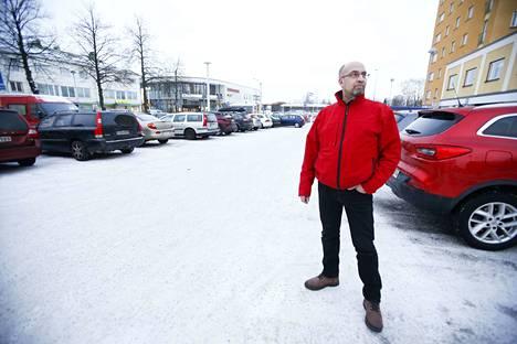 Liikenneopettaja Ismo Rekola kertoo, että torin parkkipaikalla sattuu helposti kolareita. –Tässä on ahdas paikka, ja jos ei ole tarkkaavainen, voi helposti kolahtaa. Meidän toimistosta näkee päivittäin melko huimia tilanteita tässä, Rekola sanoo.