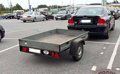 Julkisilla pysäköintialueilla autoon kytketty perävaunu menee auton hinnalla, kuluttajariitalautakunta toteaa. Yksityiset alueet voivat määritellä ehtonsa itse. (Kuva ei liity tapaukseen).