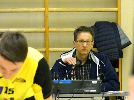 Arto Ahosen yksi monista tehtävistä on toimia kuuluttajana edustusjoukkueen peleissä.