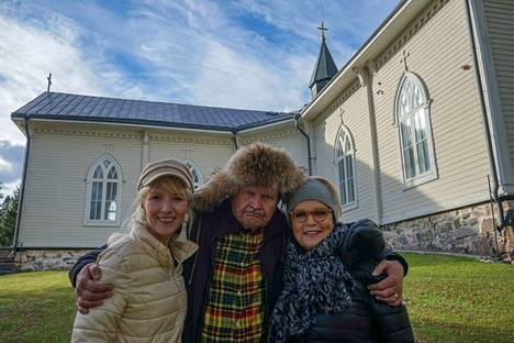 Mielensäpahoittaja (Heikki Kinnunen) jopa tanssii ja laulaa, kun Susan Aho (vasemmalla) soittaa haitaria ja Katri Helena paitsi laulaa myös hakee tanssimaan.