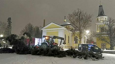 Kuusen oksat haketetaan Nekalan varastoalueella Tampereella. Runko hyödynnetään Metsä Groupilla, jonka kanssa Tampereen kaupungilla on sopimus.