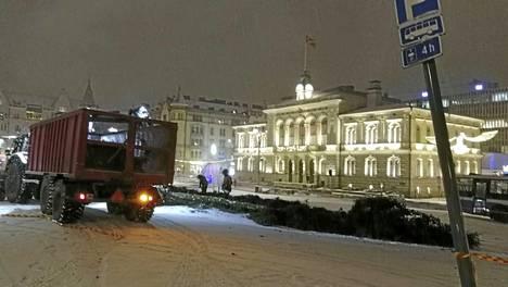 Joulukauden ilona ollutta joulukuusta sahattiin tiistainaamuna kuljetettavaksi pois.