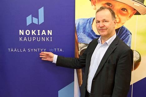 Nokian kaupunginjohtaja Eero Väätäinen esittelee Nokian kaupungin uutta tunnusta.