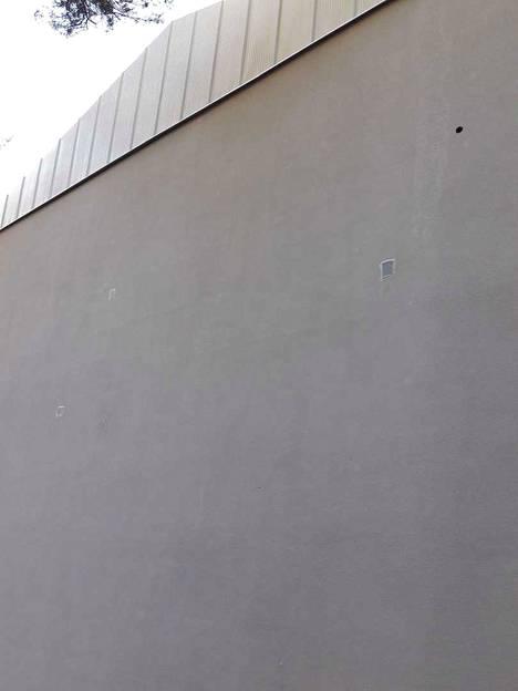 Uuteen seinäpinnoitteeseen tehdyt reiät pitää paikata. Yksi korjauskerta maksaa aina vähintään 1 000 euroa, sillä paikalla tarvitaan iso henkilönosturi.