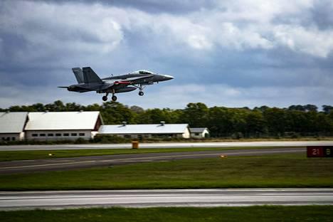Kuvan Hornet lähdössä lentoon sotaharjoituksissa Ruotsissa 2016.