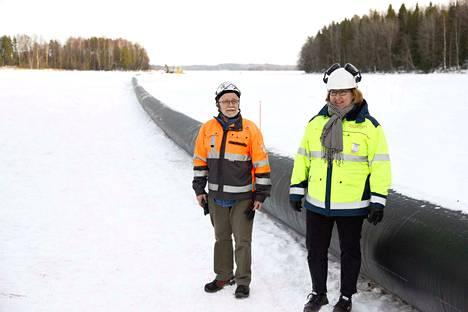 Rakennustyön valvoja Esko Takamaa ja kaupungin tekninen johtaja Hanna-Kaisa Lahtisalmi varoittavat kulkemasta putkityömaan alueella, joka on rajattu lippusiimalla.