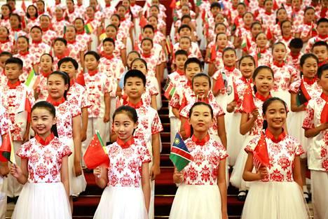 Kiinalaisia lapsia esiintyi Kiinan ja Afrikan maiden huippukokouksen yhteydessä viime syyskuussa Pekingissä. Kiinaan syntyy liian vähän lapsia, mikä johtaa väestön määrän vähenemiseen.