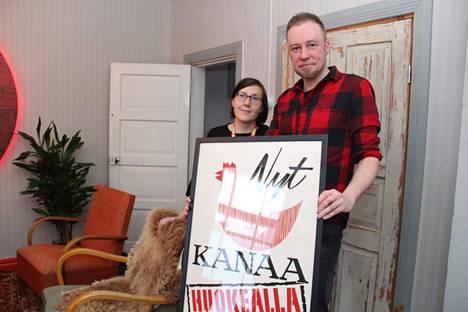 Erika Honkanen ja Sami Karjalainen pitelevät vanhaa mainosjulistetta, jonka on suunnitellut kauppias Tuominen. Kauppa sijaitsi osoitteessa Koskenmäentie 18. Kaupan nykymuotoon voi tutustua kesäkuussa Nokian Vanhat talot -tapahtumassa.