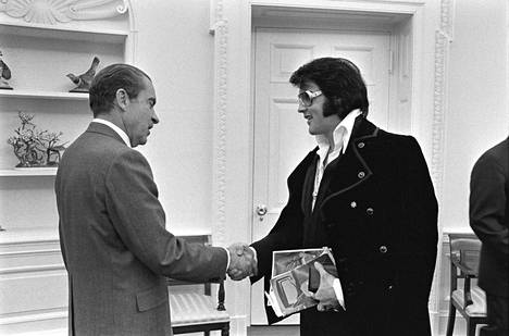 Vuonna 1970 Elvis tapasi Yhdysvaltojen presidentti Richard M. Nixonin. Tapaamisen kerrotaan tapahtuneen Elviksen aloitteesta. Hän kirjoitti Nixonille kuusisivuisen kirjeen, jossa ehdotti tapaamista.