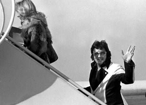 Elvis nousemassa yksityiskoneeseensa vuonna 1976. Yksityiskone oli myös nimeltään Lisa Marie.