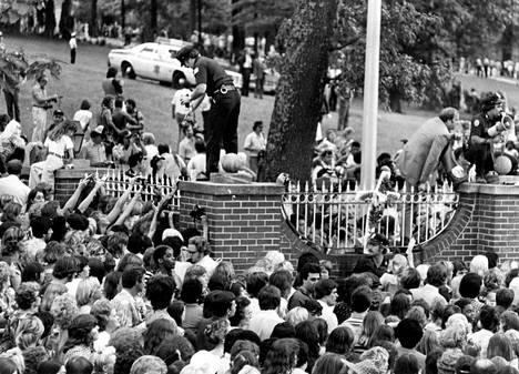 Elviksen kuoleman jälkeen elokuussa 1977 Gracelandin portaille kerääntyi valtava ihmismassa suremaan kuollutta roc'n'rollin kuningasta. Poliisi arvioi paikalla käyneen 50000–100000 ihmistä.