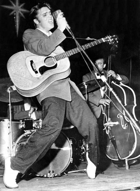 Elvis esiintymässä vuonna 1955. Tässä vaiheessa hän oli jo kovasti matkalla suuren yleisön suosioon.