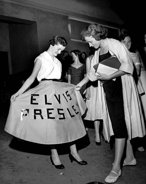 Vuonna 1956 Elviksen suosio lähti räjähdysmäiseen nousuun. Memphisin konsertissa nuori fani esittelee mekkoaan. Illan konsertissa Elvis sai 7000 ihmisen yleisön huutamaan, möykkäämään ja tanssimaan.