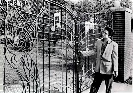 Elvis kotinsa Gracelandin porteilla vuonna 1957.