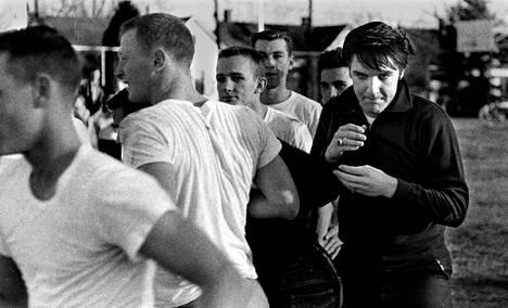 Love Me tender -elokuvan ilmestymisen jälkeen Elvis pääsi pelaamaan amerikkalaista jalkapalloa monitoimitalolla. Seuraamassa tapausta oli satoja ihmisiä.