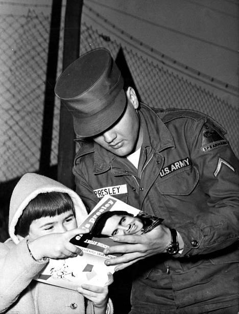 Armeijassakin Elvis kohtasi faneja. Elvis kotiutui kahden vuoden palveluksesta vuonna 1960, minkä jälkeen jatkui uran kehittäminen niin muusikkona kuin näyttelijänä.
