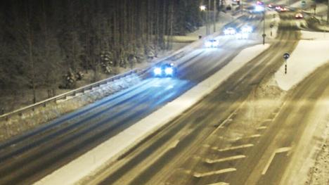 Tältä näytti Alasjärven liittymän kohdalla 12-tiellä Tampereella keskiviikkoaamuna kello seitsemän. Lämpötila oli 3,9 astetta pakkasella ja tienpinnan lämpötila oli 2,7 astetta pakkasta.