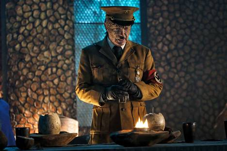 Saksalaissyntyinen näyttelijälegenda Udo Kier on Iron Sky -elokuvasarjan isoin tähti. Jatko-osassa hän esittää sekä kuuführer Wolfgang Kortzfleischia että lisko-Hitleriä.