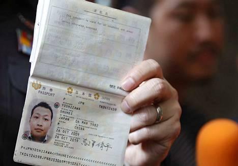 Thaimaan poliisi esitteli yakuza-rikollisjärjestön jäseneksi epäillyn Shuhei Yoshizawan passia Bangkokissa toukokuussa 2016. Japanin passilla pääsee useampaan maahan kuin muiden maiden passeilla.