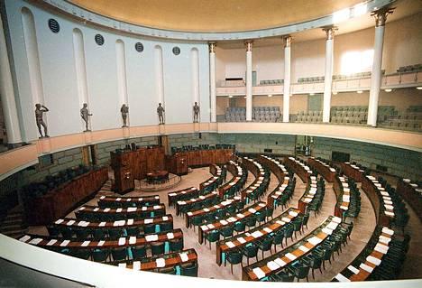 Eduskuntatalon istuntosali täyttyy huhtikuun jälkeen uusista kansanedustajista. Kuva on eduskuntatalon remonttia edeltävältä ajalta.