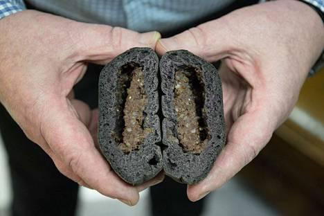 Tällainen on poikkileikkaus Mörkö-lihapiirakasta. Paistamisessa syntyy oivallinen kolo puolukkahillolle.